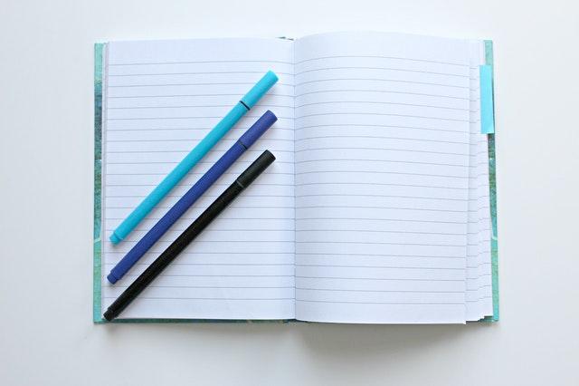 ノートに青いペン3本