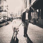 愛犬と一緒に散歩する