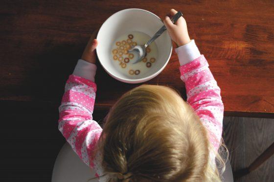 ごはんを食べる子供