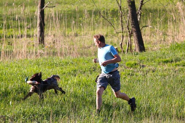 男性と犬走る
