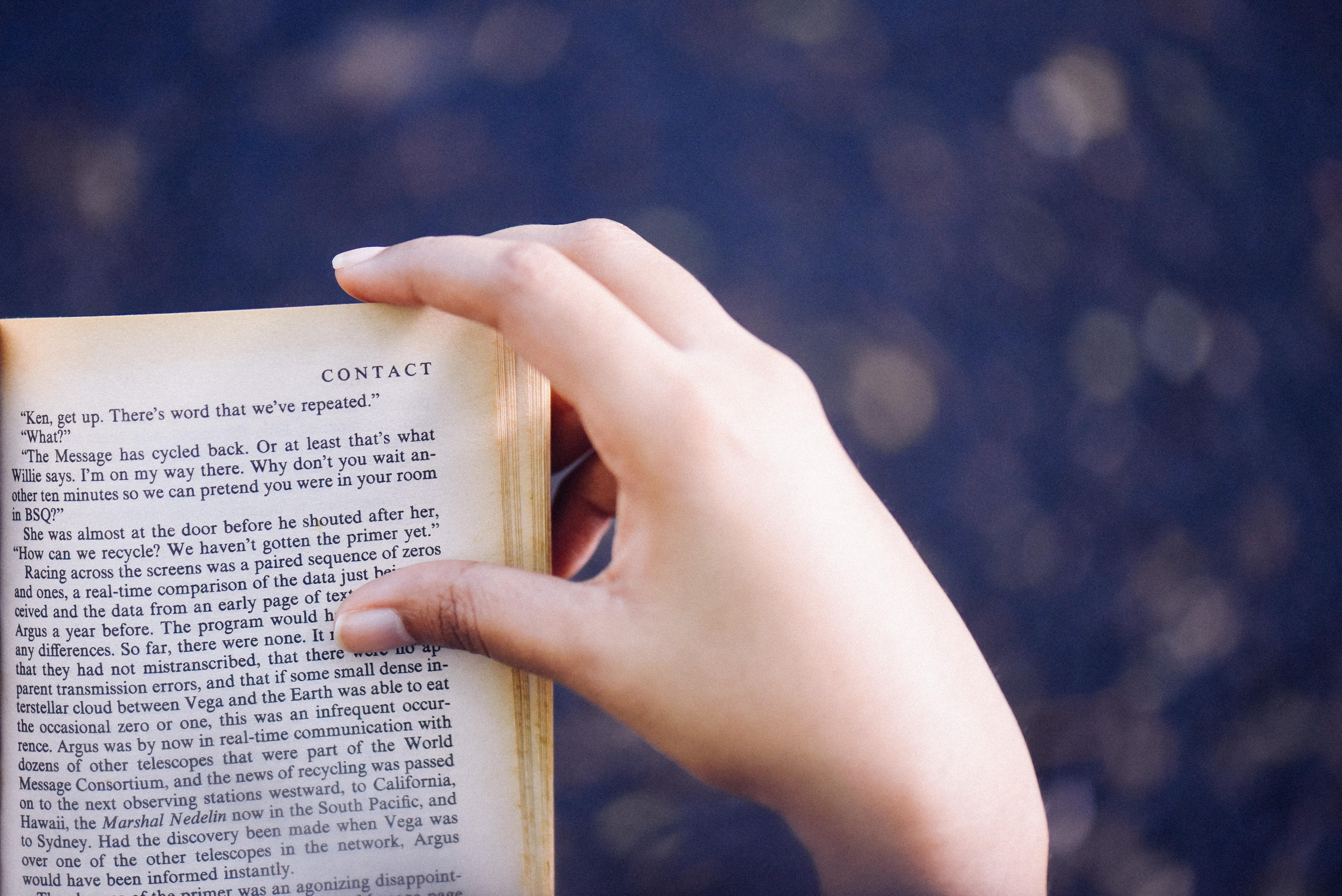 本に手をかける人