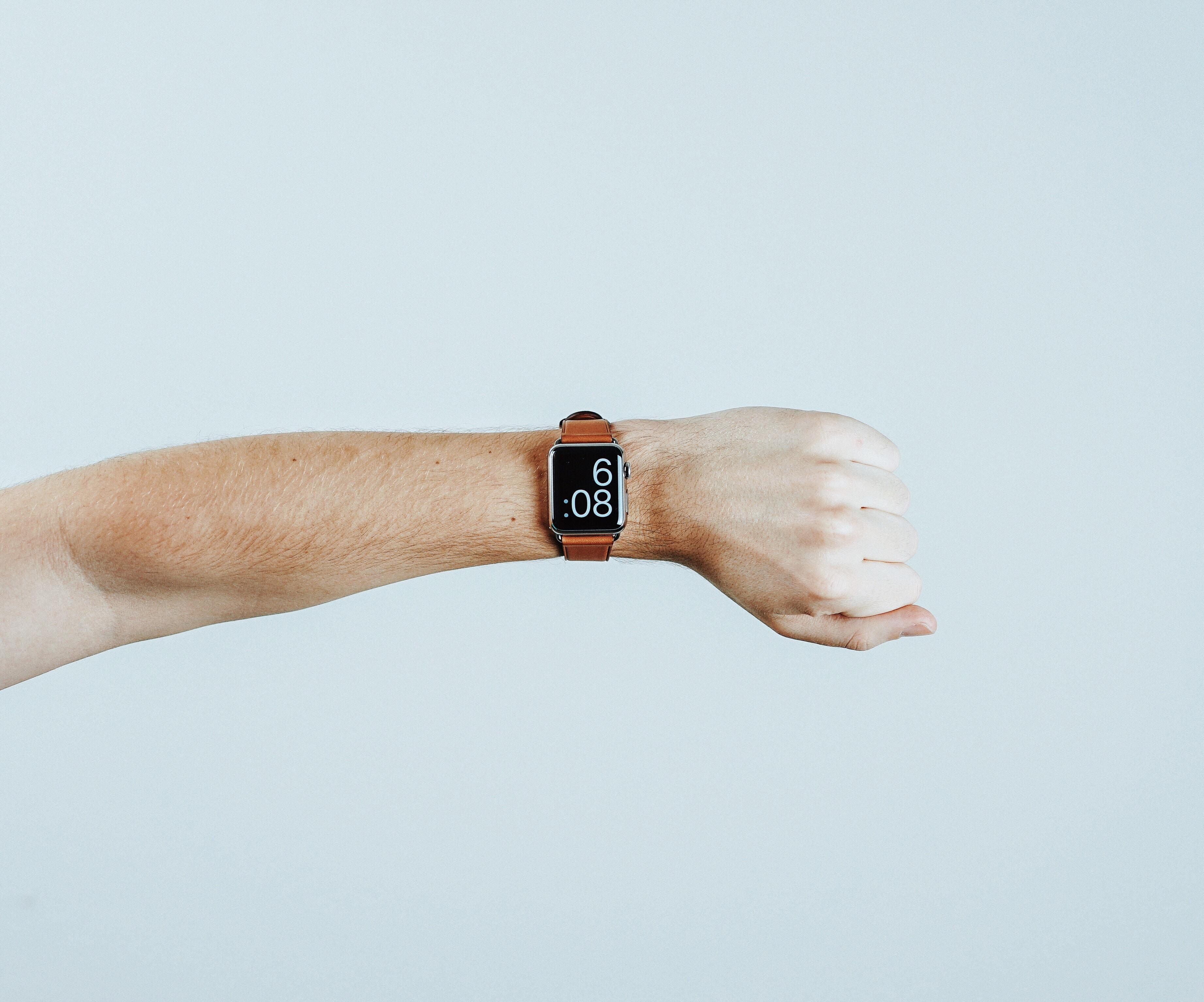 かざしている腕時計