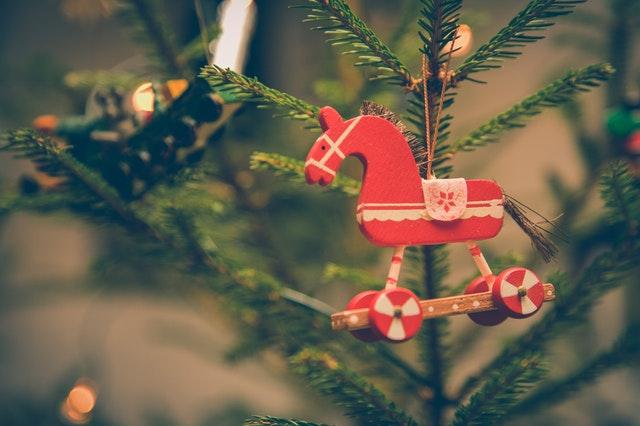 クリスマスツリーと赤いお馬