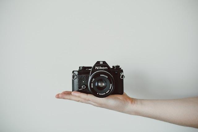 カメラを片手で持つ