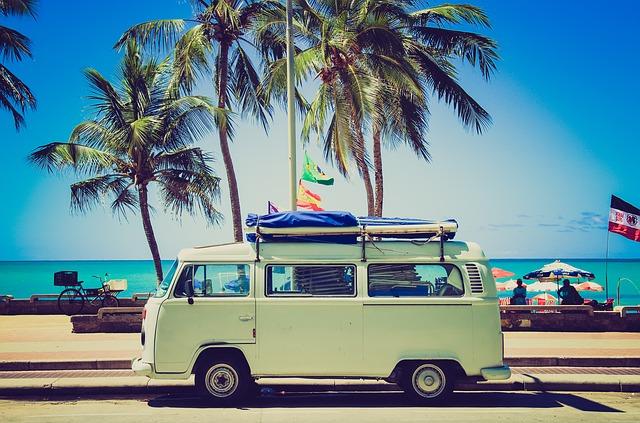 車とビーチ