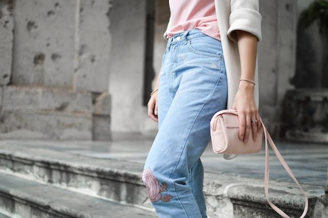 女性とピンクのバッグ