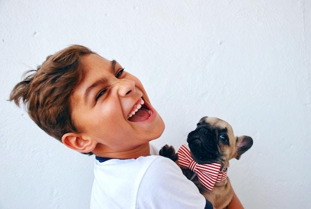 爆笑する子供と犬