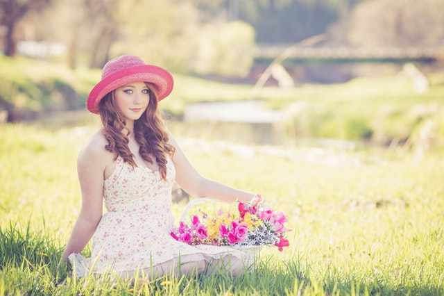 可愛い女性とお花