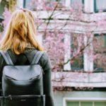 女性と桜、春の訪れ