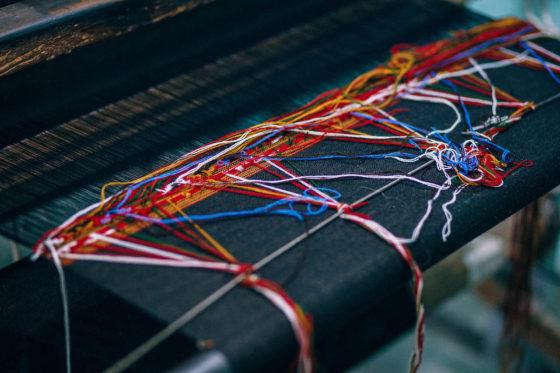 絡まってる様々な色の糸くず