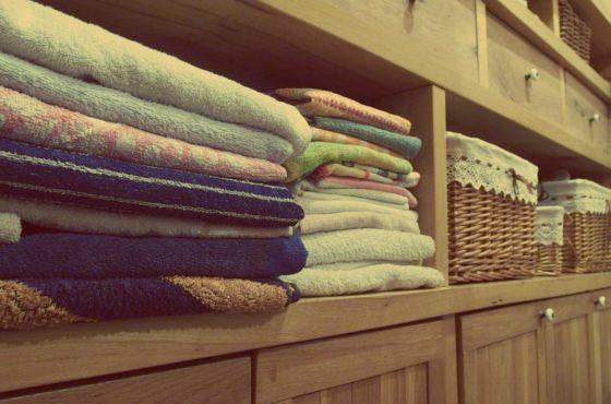 棚に積み上げられたタオル