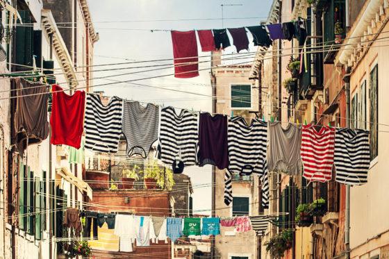 街中の建物の間に干された洗濯物