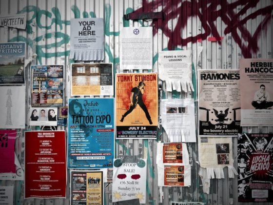 壁一面の貼り紙