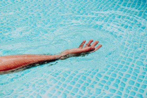 プールで伸ばす手