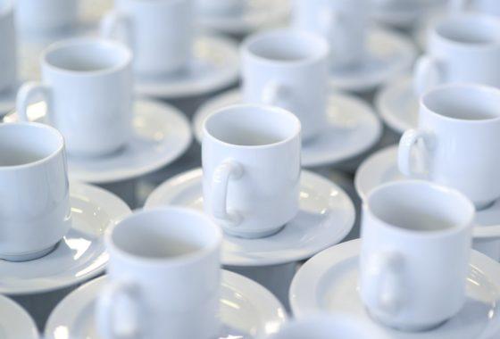 並んだティーカップ